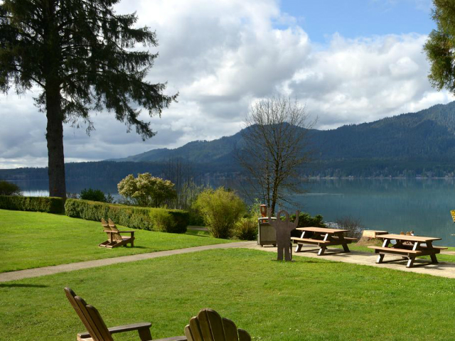 Lodge on a lake | Lake Quinault Lodge