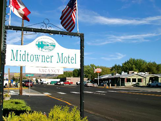 Scenic WA | Best Places to Stay in Lake Chelan Washington | Midtowner Motel